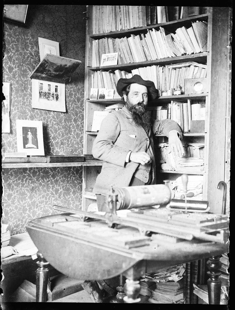 Prosper Estieu devant sa presse d'imprimerie d'où sortent les numéros de la revue <i> Mont-Segur</i>. Archives départementales de l'Aude, fonds Prosper Estieu, cote 120J19