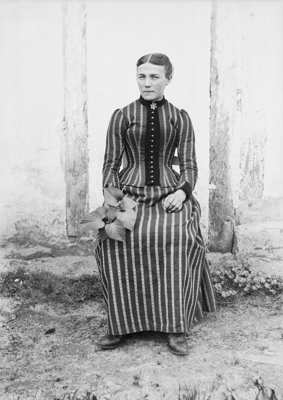 Musée d'Aquitaine, Bordeaux. ©Félix Arnaudin. Jeune femme, fin XIXe siècle. N° d'inventaire 66-27-2557