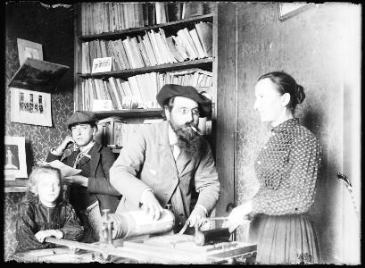 Prosper Estieu, accompagné de sa famille, devant sa presse d'imprimerie d'où sortent les numéros de la revue <i> Mont-Segur</i>. Archives départementales de l'Aude, fonds Prosper Estieu, cote 120J20