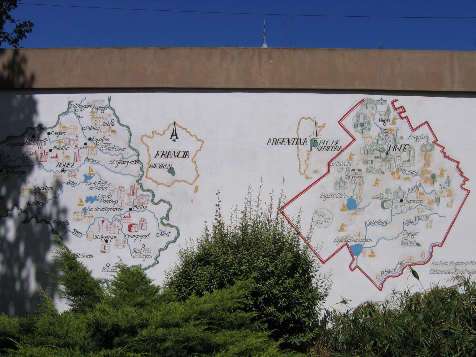 Cartes de l'Aveyron et de Pigüé sur un mur de la ville. Photographie de Jiròni B. CC-BY-SA